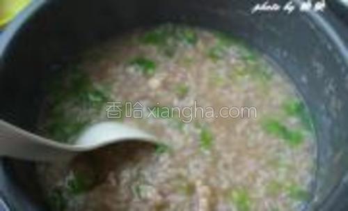 最后加入葱末和芹菜末搅拌均匀即可。