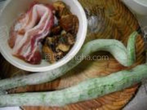 准备好猪肉、香菇、蛇豆。