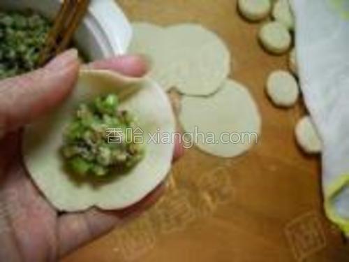 面团揉匀、下剂、擀皮,包入饺子馅。