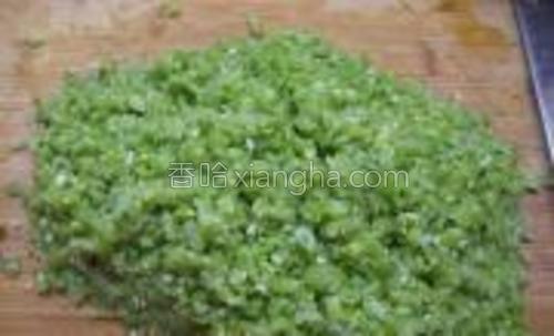 煮熟的扁豆剁成粗粒。