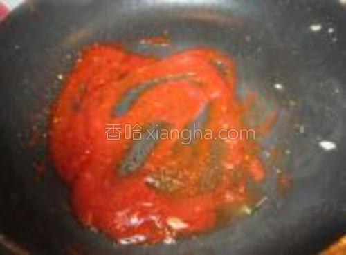 番茄酱和适量的辣椒粉,放入锅中炒到浓稠。