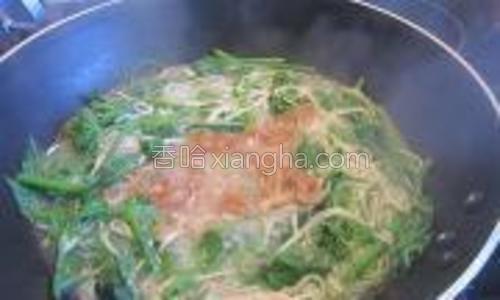 把腌好的鸡肉丝加入一起煮片刻。