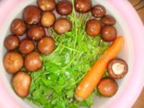 把香菇,芹菜,胡萝卜洗净沥干。