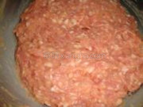 肉馅用鸡蛋,盐,生抽,蚝油,胡椒,色拉油,用生姜水分3次顺一个方向搅拌均匀。