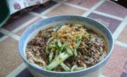 将炒好的芽菜肉末和花生碎撒在面条上加白糖、浇上红油(红油做法我日志有介绍)。在撒上黄瓜丝拌匀即可。