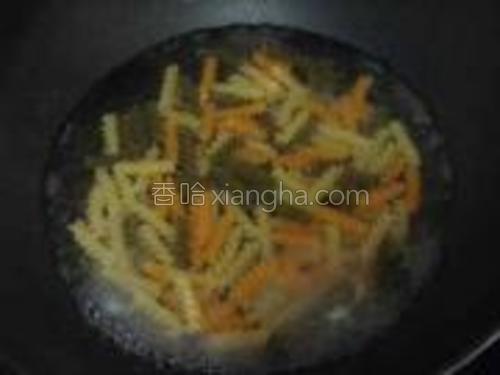螺丝意面放到沸水中煮10分钟左右。