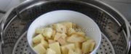 土豆切成小块,上锅蒸20分钟。要选择粉性土豆哦,个人喜欢面一点点的。