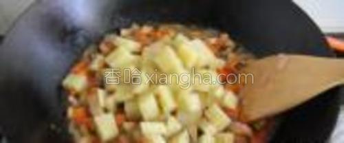 加入蒸好的土豆,拌匀后小火炖一会儿,让土豆更加入味。之后撒入适量黑胡椒粉,根据个人口味吧,我和老公口味都重,所以加了粉多hoho~~~