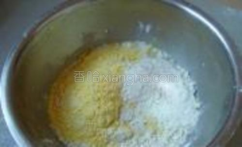 一碗小麦粉,半碗玉米粉,半碗温水,一茶匙白糖,揉成光滑的面团。
