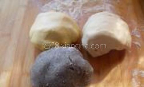 发酵好的面团充分排气,揉回原来大,并且光滑不沾手。