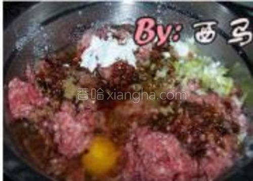 肉馅中加入所有辅料,搅拌均匀。