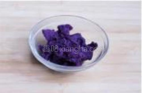 紫薯泥加白糖拌匀。