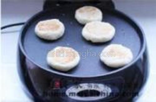 放入煎锅中,烙至两面金黄即可。