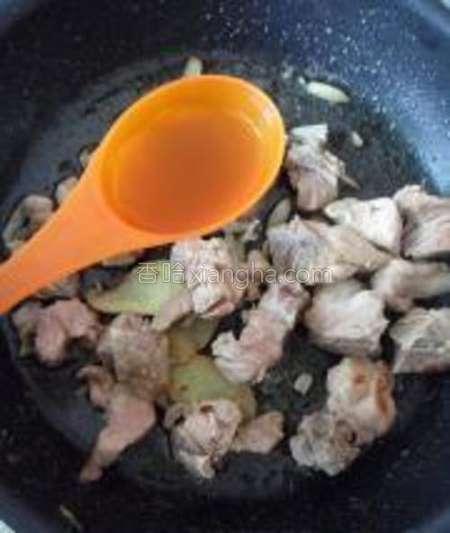 加入1勺料酒炒香后,继续翻炒。