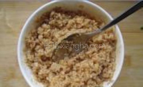 米饭加入适量的生抽和老抽,搅拌均匀。