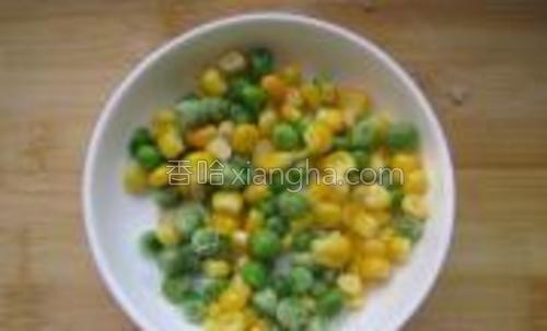 嫩玉米和豌豆焯水备用。