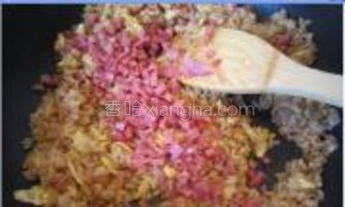 倒入米饭炒均匀,再加入香肠粒。