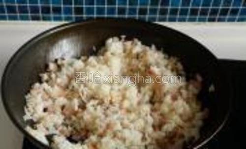 翻炒至米饭颗粒分明。