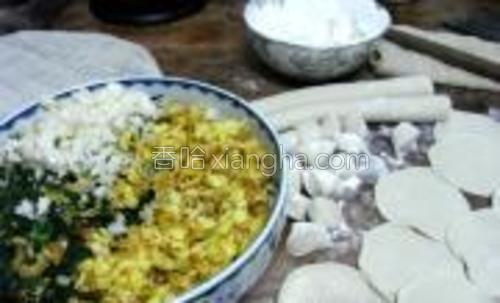 茴香切碎,鸡蛋切碎,揉一点馍花加入,可以吸水。加入盐,花椒面,油,搅拌均匀,开始揉面,擀饺子皮,开始包,和平常做饺子方法一致,不再详细说明。