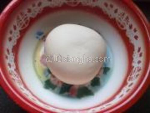 酵母用温水化开,所以的材料一次性搅拌混合。