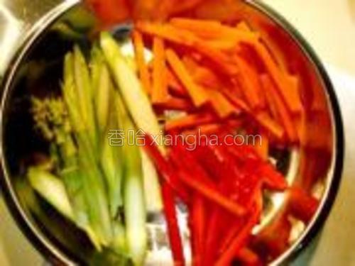 把鲜芦笋、胡萝卜、红尖椒切条。