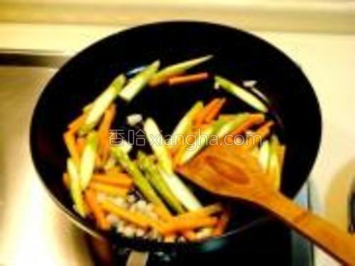 然后放入蔬菜煸炒。