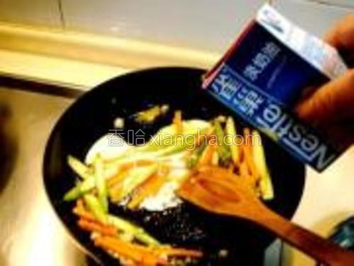 蔬菜煸炒五成熟后,倒入淡奶油煸炒数下。