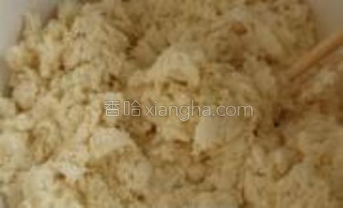 白面,玉米面放入盆中(2:1或3:1)然后一边倒入烫水,一边用筷子搅拌。