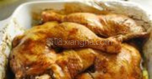 加入五香粉和酱油,再腌制2天,中间翻动几次使鸡腿均匀入味。