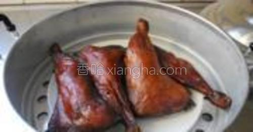 风干的鸡腿放入蒸锅,大火蒸35-40分钟即可。