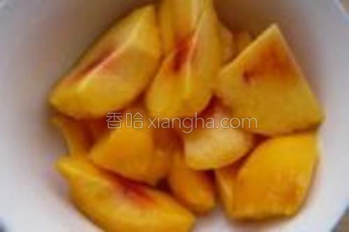 先把黄桃去皮,核,取果肉。