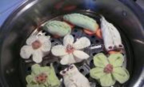屉上切胡萝卜垫底,码放好饺子。