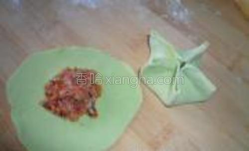 菠菜汁和面,加入肉馅,捏成五角形。