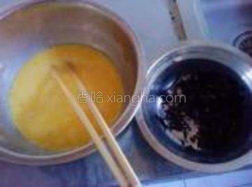 鸡蛋打入碗中,搅散。海苔剪成碎末。将海苔末倒入蛋液中,加少许糖和盐,搅拌均匀。