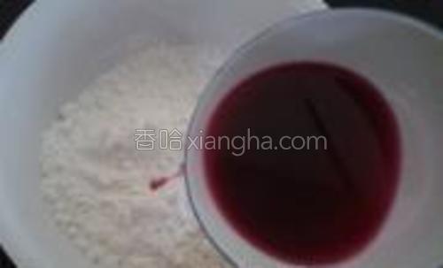 苋菜汁缓慢倒入面粉中,边倒边用筷子搅拌,直到汁全部倒入面粉中。