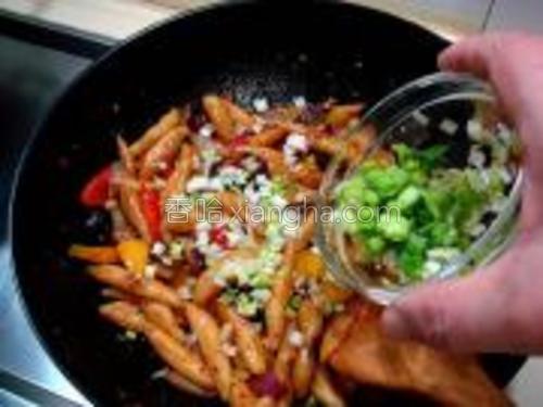 炒匀后再倒入蒜末翻炒均匀,在出锅前倒入青蒜末。