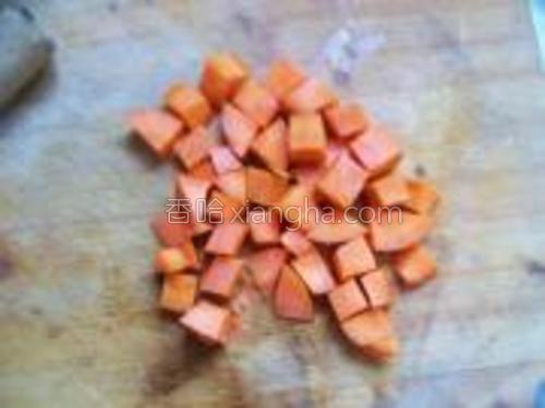 胡萝卜洗净,切块,备用。