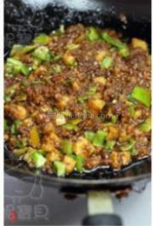 下青椒粒翻炒均匀,下水淀粉勾芡即可。