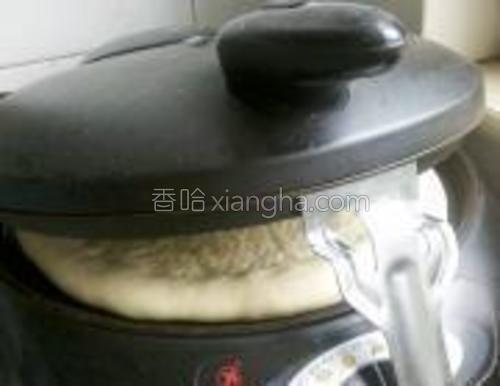 电饼铛抹少许油,放入面饼。提前加热成半熟。电饼铛两面加热,为不影响面饼形状,用合适的东东支住上部。