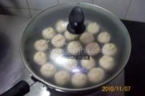将锅盖盖上,使榨菜鲜肉生煎包面皮发酵片刻;