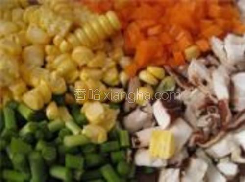 将甜玉米剥下米粒,香菇、蒜苔、胡萝卜切大小均匀的丁。