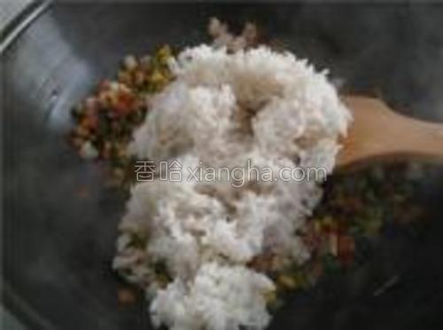 把米饭倒进锅中,将米粒翻炒均匀,盛在碗里即可。