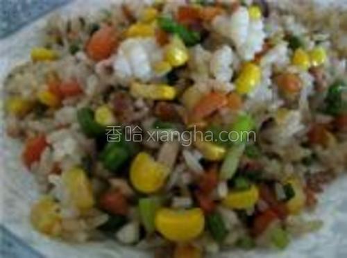 把米饭炒透后装在盘中。