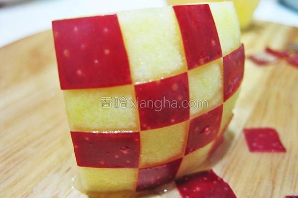 简易苹果雕饰法的做法