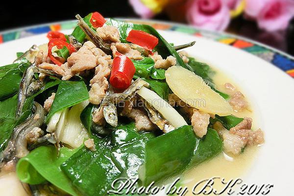 味噌小鱼炒山苏的做法