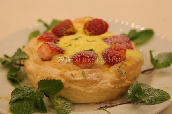 烤蛋白佐新鲜草莓的做法
