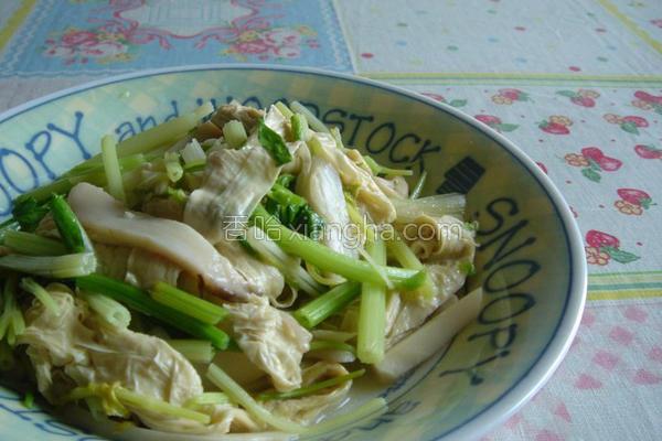 芹菜鲍菇炒豆包的做法