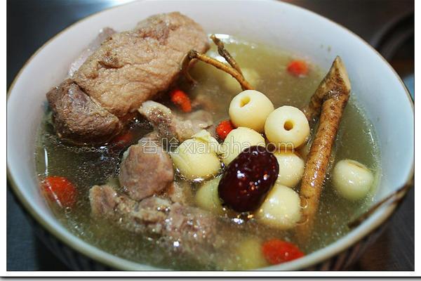 九尾草排骨莲子汤的做法