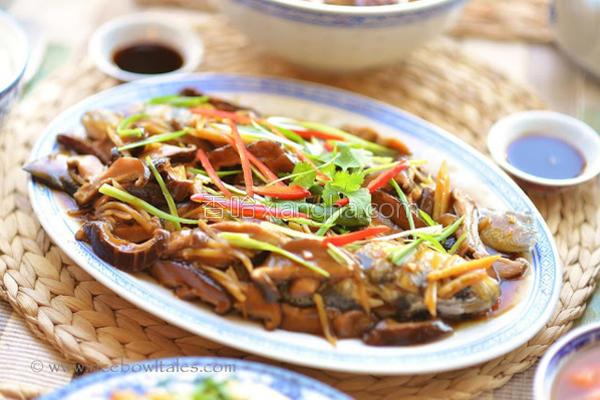 香菇姜丝烩汁蒸鱼的做法