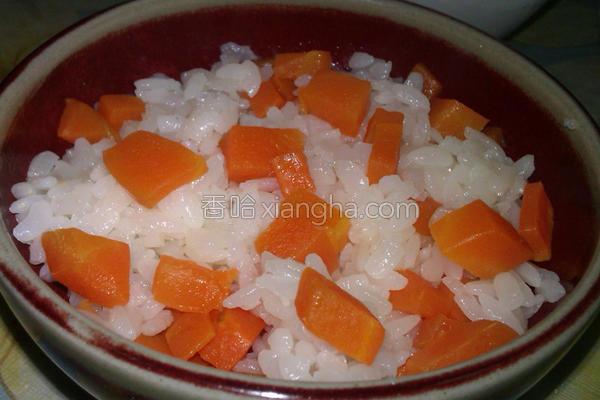 红萝卜丁米饭的做法